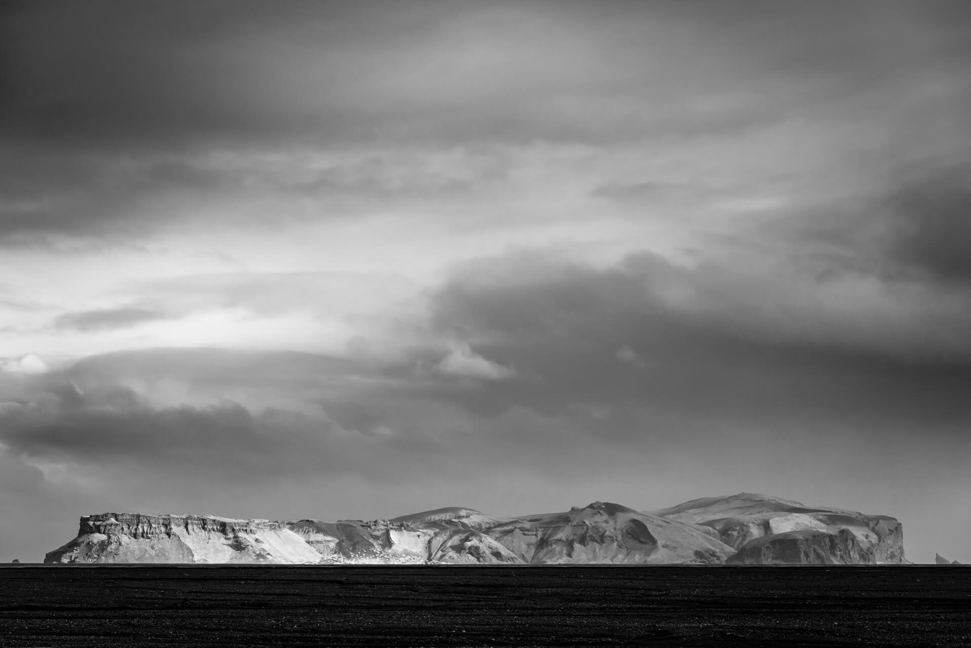 Island monochrom, Hjörleifshöfði; Fotograf Steffen Lohse