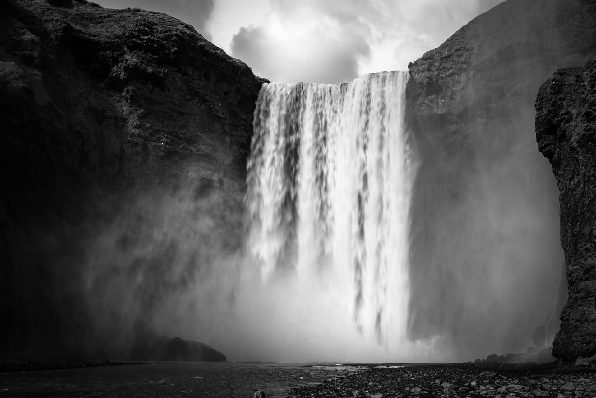 Island monochrom, Skógafoss; Fotograf Steffen Lohse