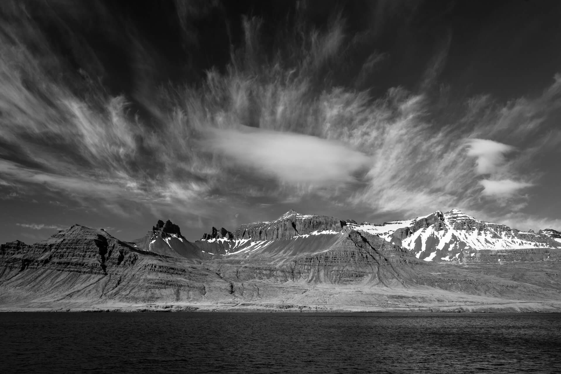 Island monochrom, Stöðvarfjörður; Fotograf Steffen Lohse