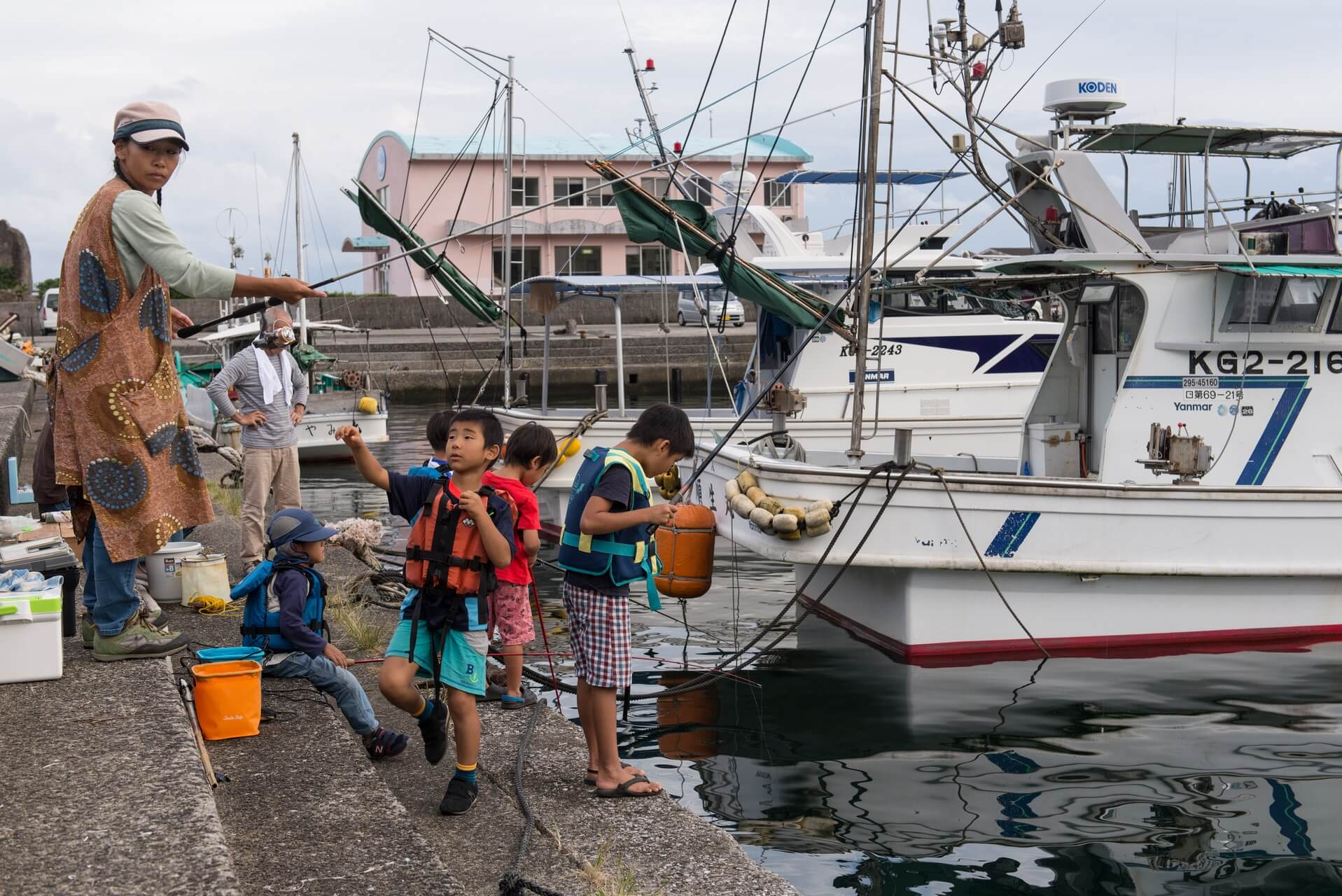 Japan Yakushima, angelnde Kinder am Hafen