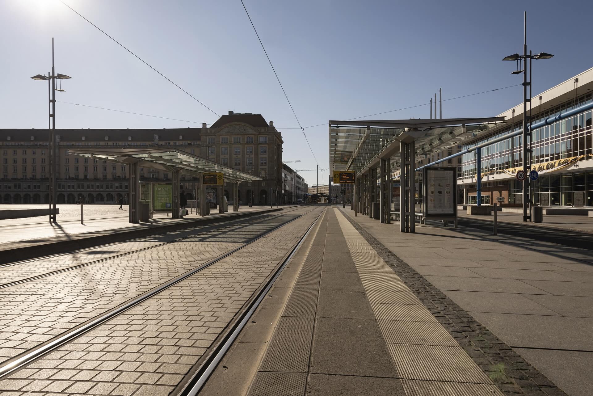 Dresden: Staßenbahnhaltestelle Altmarkt, Frühjahr 2020, Eindrücke von der Ausgangsbeschränkung während der COVID-19 Pandemie