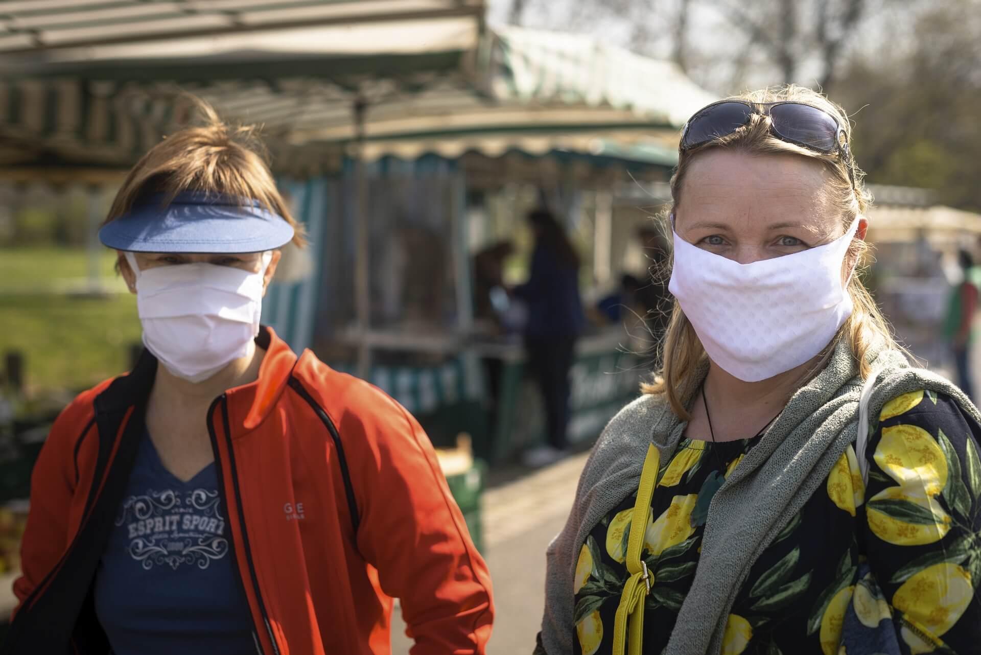 Dresden, Frühjahr 2020, Corona, Pandemie, Menschen, Marktbesucher mit Maske